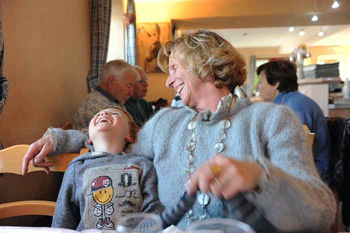 31_edwige-retraitée avec petit-fils.©vwinckler